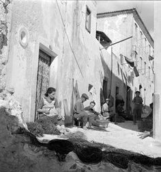 Old Pictures, Old Photos, Vintage Photos, Paint Photography, Magnum Photos, Photomontage, Lisbon, Black And White Photography, Costa