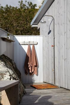 Utedusj ved hytte på Frøya