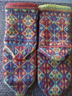 The Turkish stitch pattern and construction come from authentic source material. The plant dyes used in Renaissance Dyeing yarns are probably quite similar to the dyes traditionally used in Turkish textiles before the advent of synthetic dyes, and therefore the colors emphasize the folk origin of these socks.    www.renaissancedy...