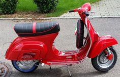 Fotos einer Vespa v50 in der Lackierung Rosso Ducati