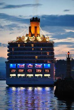 Atracado al amanecer en el puerto de vigo.