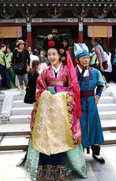 what attracts mi the most about historical drama are their elaborate costume. Korean Hanbok, Korean Dress, Korean Outfits, Korean Traditional Dress, Traditional Fashion, Traditional Dresses, Korean Street Fashion, Korea Fashion, Japan Fashion
