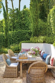 〚 Large-scale renovation for small house with swimming pool in Spain 〛 ◾ Photos ◾ Ideas ◾ Design Wicker Furniture, Outdoor Furniture Sets, Pergola Metal, Outdoor Dining, Outdoor Decor, Corner Garden, Stylish Bedroom, White Walls, Swimming Pools