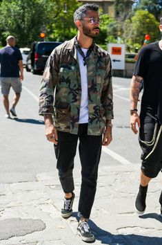 Add a rugged atmosphere by combining a black pants monotone outfit with a camouflage jacket Cool Outfits, Casual Outfits, Men Casual, Fashion Outfits, Fashion Styles, Military Fashion, Mens Fashion, Camo Fashion, Moda Floral