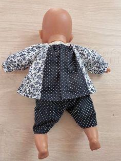 Oui, j'avais dit que novembre serait consacré à mon Bilou, mais j'avais aussi lancé un petit défi de couture pour poupée et proposé un tuto avec des conseils et des patrons. Donc puisqu… Baby Doll Clothes, Doll Clothes Patterns, Clothing Patterns, Baby Dolls, Coin Couture, Baby Couture, Baby Sweater Patterns, Clothing Tags, Sewing Dolls