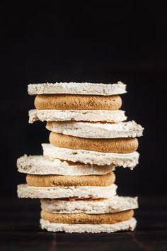 """Laskonky. Pro někoho přeslazený dortík, pro jiné symbol nedělních návštěv cukrárny a neodolatelná kombinace křupavé sněhové skořápky s lahodnou karamelovou náplní. A jak tento """"oříšek"""" vidíte vy? Krispie Treats, Rice Krispies, Cream Cake, Ice Cream, Christmas Wrapping, Christmas Cookies, Cereal, Gluten Free, Sweets"""
