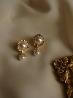 Gold Colour Alloy, resin, ear-posts Suitable for sensitive skin Measurements. Gold Ring Designs, Gold Earrings Designs, Gold Jewellery Design, Necklace Designs, Bold Jewelry, Trendy Jewelry, Simple Jewelry, Gold Jhumka Earrings, Crystal Earrings
