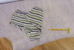 Dříve jsem používala i na šití pružných materiálů obyčejnou nit a často se mi stávalo, že i když jsem šila pružným švem, po několikátém natažení švu některá z nití praskla. V galanterii mi poté doporučili  nit vhodnou pro šití spodního prádla, která také trochu pruží a tak se nepřetrhne tak lehce, určitě je to znát.