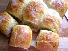 Pan Mojicón or Mojicones are sweet rolls with a fluffy and light texture. These traditional Colombian bread rolls are from the capital of Colombia, Bogotá. Colombian Dishes, My Colombian Recipes, Colombian Cuisine, Mexican Food Recipes, Sweet Recipes, Colombian Desserts, Filipino Desserts, Bread Winners, Spanish Dishes
