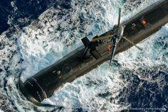 à la rencontre d'un sous-marin nucléaire français, l'Alouette III du groupe Jeanne d'Arc va hélitreuiller les officiers-élèves ayant embarqué pour 48h à bord du « boudin noir »