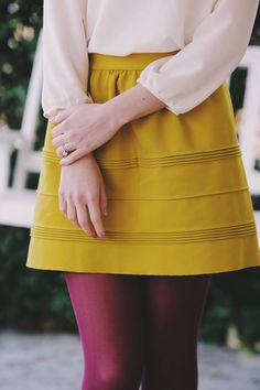 mustard & wine <-- I love colored tights! Fall Winter Outfits, Autumn Winter Fashion, Estilo Lolita, Colored Tights, Purple Tights, Looks Vintage, Mode Inspiration, Mode Outfits, Pretty Outfits