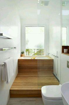 Salle de bain sol bois douche et bain en enfilade