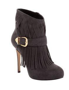 Guess, AL TOBILLO Botas tobilleras, la tendencia del invierno  Guarda tus manoletinas, tus zapatos planos y tus botines cortos y decántate por el calzado más 'trendy' del momento, junto con las mosqueteras: las botas tobilleras.