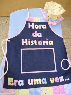 Avental Hora da História... Para estimular a criatividade dos professores nesta hora tão importante com os pequenos... O avental é feito em jeans trabalhado com tecidos e a touca vovó e feita com tecido (tecidos 100% algodão).