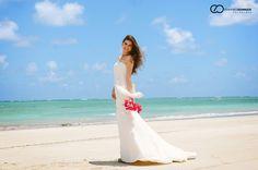 A Deisiane e o David escolheram Tamandaré, em Pernambuco, para a realização do seu Destination Wedding. Confira como tudo estava lindo e muito charmoso! #Casamento #destinationwedding #noiva #bouquet  #casamentonapraia #beachwedding #wedding #bride #noivinhasdeluxo