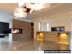 Das offene Feuer im Kamin ist zugleich Wärmequelle und zentraler Blickfang im Haus