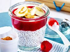 Our popular recipe for chia pudding with raspberries and coconut milk and more than other free recipes on LECKER. Our popular recipe for chia pudding with raspberries and coconut milk and more than other free recipes on LECKER. Paleo Dessert, Healthy Dessert Recipes, Smoothie Recipes, Thermomix Desserts, Chia Pudding, Coconut Pudding, Pudding Desserts, Low Carb Desserts, Low Carb Recipes