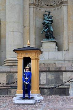A guard in front of the Royal Palace. Although having lost its function of royal residence, this monument remains one of the most remarkable sites of Stockholm. Palais Royal, Le Palais, Monuments, Kingdom Of Sweden, Baltic Cruise, Scandinavian Countries, Royal Residence, Royal Guard, Military Academy
