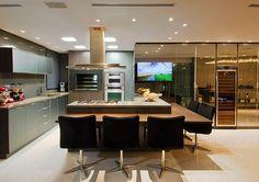 Armários da cozinha em torre com espelho bronze, e armários em vidro argentato prata! Os dois juntos ficou muito bonito!