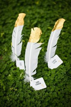 Feathers dipped in gold and used as name cards. Source: Kaysha Weiner Photography. #feathers #namecards #gold