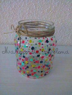Bote de cristal decorativo reciclado. Bote lunares de colores Mason Jar Crafts, Bottle Crafts, Mason Jars, Diy And Crafts, Crafts For Kids, Arts And Crafts, 60s Party Themes, Painted Jars, Mason Jar Lighting