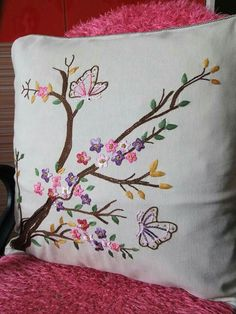Bordados Cushion Embroidery, Embroidery Flowers Pattern, Crewel Embroidery, Hand Embroidery Designs, Ribbon Embroidery, Machine Embroidery, Cushion Cover Designs, Brazilian Embroidery, Creation Couture
