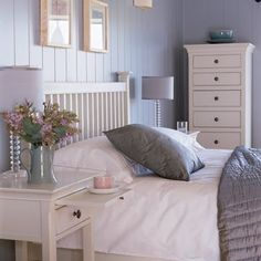 The natural wood … white … lilac … Colors reminiscent of the landscapes of Provence. Places of tranquility and serenity to reconstruct in our bedroom. Ikea Bedroom, Small Room Bedroom, Home Bedroom, Diy Bedroom Decor, Bedrooms, Provence Interior, Provence Style, Shabby Chic Interiors, Home Wall Decor