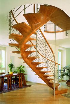 PENTAGON - Eine organische Holztreppe: moderner Flur, Diele & Treppenhaus von Siller Treppen/Stairs/Scale