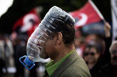 Auch in der Hauptstadt der Türkei, Ankara, protestieren die Menschen gegen die Regierung von Erdoğan. Auf einem Bild vom 9. Juni bedeckt ein türkischer Demonstrant sein Gesicht mit einer selbstgemachten Gasmaske, geschnitten aus einer großen Wasserflasche.|© Marco Longari/AFP/Getty Images