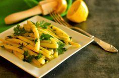 Żółta fasolka szparagowa z masłem sokiem cytrynowym i natką pietruszki.
