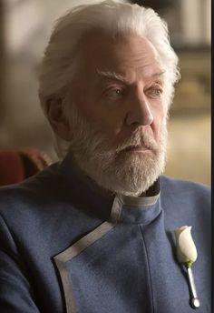Donald Sutherland is wederom te zien als President Snow in The Hunger Games: Mockingjay Part - 19 nov in de bioscoop Hunger Games La Révolte, Hunger Games Movies, Hunger Games Mockingjay, Mockingjay Part 2, Hunger Games Catching Fire, Hunger Games Trilogy, Donald Sutherland, Katniss Everdeen, Katniss And Peeta