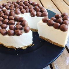 Take the cheesecake - Easy and simple cheesecake! Biscuit and vanilla mousse. Decorated with small chocolate balls – ea - Chocolate Cheesecake Recipes, Easy Cheesecake Recipes, Birthday Cheesecake, Classic Cheesecake, Simple Cheesecake, 50th Cake, Sweet Tooth, Yummy Food, Baking