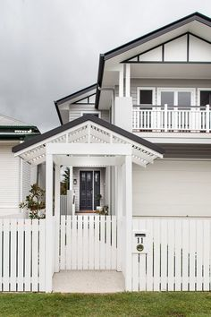 If you are looking for houses for sale Brisbane then you are in the right place. Madeleine Hicks real estate is Brisbane Northsides leading real estate Queenslander House, Weatherboard House, Gate House, Facade House, House Facades, Hamptons Style Homes, The Hamptons, Exterior House Colors, Exterior Design