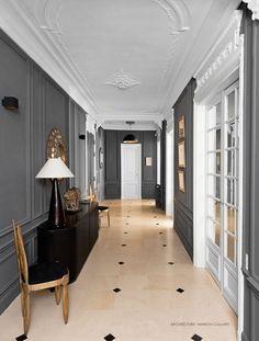 Couloir : Élégance et modernité sont les maîtres mots pour cet appartement haussmannien. La couleur grise met en valeur le travail du plafond (moulures).