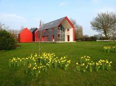 Casas poco convencionales: de cristal y con tejado deslizante