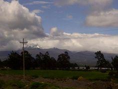 Mirada lejana al nevado, que se oculta entre nubes....Camino a Latacunga