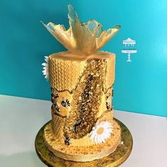 I loved making this cake because it really represents the beauty of honey bees and their contribution to the earth. I used several different styles of cake design on this cake to include fault line, geode, honeycomb, gelatin sail cake topper, gold. Golden Birthday Cakes, 5th Birthday Cake, Beautiful Cakes, Amazing Cakes, Butterfly Cakes, Butterflies, Pearl Cake, Fondant, Bee Cakes