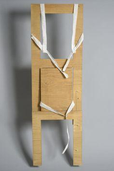 Wearable chair / Gianni Pettena, 1971. La série de photographies qui composent Already Worn Chairs rend compte de la performance Vestirsi di Sedie/Wearable Chairs réalisée par Gianni Pettena en avril 1971 avec dix étudiants du College of Art and Design de Minneapolis. En file indienne, le groupe parcourut la ville, des « chaises portables » harnachées sur le dos, s'arrêtant et repartant dans l'espace public, à pied ou en bus. Dans cette performance, c'est le corps qui active et donne sa…