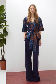 ¿NADA QUE PONERTE? La llevarás ahora y también en otoño. Combina una blusa tipo kimono con pantalones de campana.