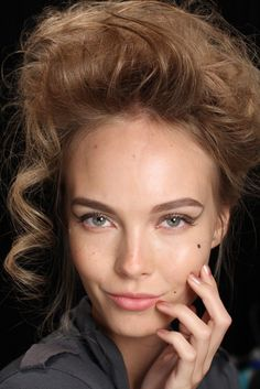 More Fashion Week Wedding Hair + Makeup Trends! Dramatic bridal hair and makeup inspired by Badgley Renaissance Makeup, Renaissance Hairstyles, Bridal Hair And Makeup, Bridal Beauty, Hair Makeup, Badgley Mischka Bridal, Nuggwifee, Makeup Trends, Beauty Hacks