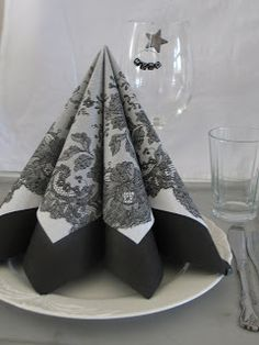 Blåveispiken: Serviett bretting 1 Christmas Tree Napkin Fold, Christmas Napkins, Christmas Snowflakes, Modern Christmas, Simple Christmas, Christmas Diy, Diy Christmas Decorations Easy, Christmas Tablescapes, Bunny Napkin Fold