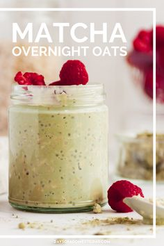 This recipe makes the creamiest matcha overnight oats. The matcha flavor is perfectly balanced and adds a great boost of energy to your mornings. Easy To Make Breakfast, What's For Breakfast, Healthy Family Meals, Kids Meals, Delicious Breakfast Recipes, Oats Recipes, 4 Hours, Overnight Oats, Matcha