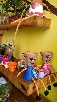 Bonecas com vaso de barro
