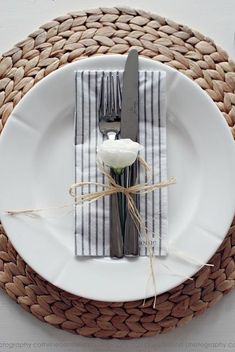 Natural placemats on white table Casual Table Settings, Table Place Settings, Simple Table Setting, Table Setting Inspiration, Table Manners, Boho Home, Deco Table, Easy Home Decor, Decoration Table