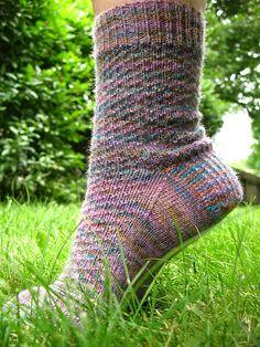 Hermiones hverdagssokker. Grundopskrift på sokker med et enkelt mønster. Strikket på 2 rundpinde eller strømpepinde str. 2½ mm.
