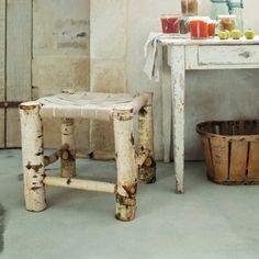 TAbouret en bûches de bouleau avec assises en sangles de tapissier