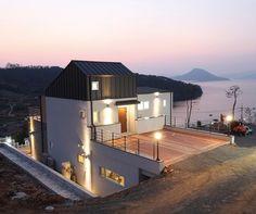거제 석포만 바다를 내려다보는 곳, 얼마 전 완공된 집 한 채가 저에너지 주택단지의 시작을 알렸다. SIP 공법으로 2.6ℓ/㎡ 패시브 건축물 인증을 받은 이 주택의 면면을 들여다본다.제주에 이어 두 번째로 큰 섬인 거제도의 북서쪽, 바다를 내려다보는 산 중턱 대지에 새로운 주택단지가 조성되고 있다. 그리스어로 '영원히 빛나는 마을'이라는 뜻으로 이름