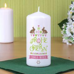 weiße Kerze mit detailreichem Ostermotiv und Wunschtext