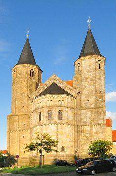 Debasiliek Sint-Godehardus(Duits:Basilika St. Godehard) is een voormaligeBenedictijnsekloosterkerk aan de zuidelijke rand van het historische centrum van de Duitse stadHildesheim. Het gebouw behoort tot de belangrijkste getuigenissen vanromaanse architectuurinDuitsland. In 1963 werd de kerk de eretitelbasilica minorverleend.