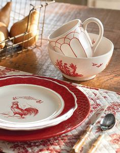 red dishes, perfect for a country kitchen Rooster Kitchen, Red Kitchen, Country Kitchen, Country Living, Country Life, Country Charm, Barn Kitchen, Rustic Charm, Kitchen Ideas